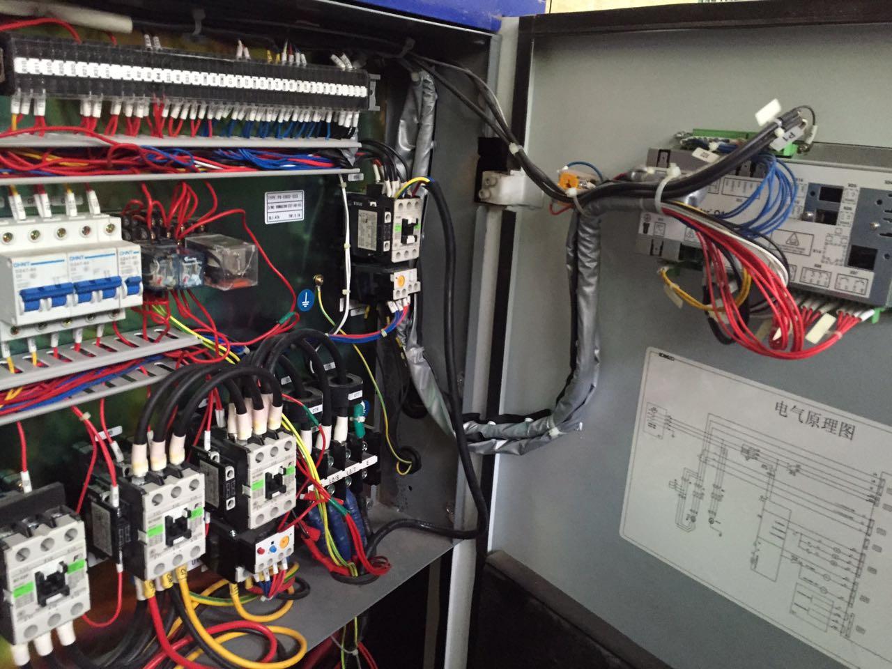 """不要装在有震动的设备上,因为这样变频器里面的主回路联接螺丝容易松动,有不少变频器就因为这原因而损坏。 二、接线问题:变频器输入端最好接上一个空气开头保护电流以值不能太大,以防止发生短路时烧毁不会太严重。一定不能将""""N""""端接地。控制线尽量不要太长。因为这样使控制板容易受电磁波干扰而产生误动作,也会导致控制板损坏,超过2 米长的最好用屏蔽线。变频器旁边不要装有大电流而且经常动作的接触器,因为它对变频器干扰非常大,经常使变频器误动作(显示各种故障)。 三、经常要急停车的变频器最好不要依"""